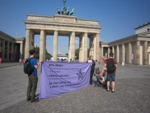 Am Tag der Abstimmung im Bundestag waren nur wenige kritische Stimmen vor dem Parlament zu vernehmen.