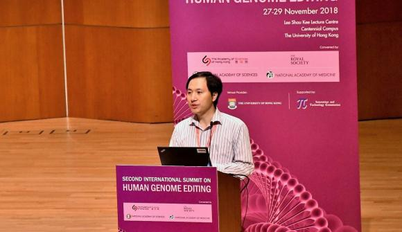 He Jiankui hält einen Vortrag beim Second International Summit on Human Genome Editing.